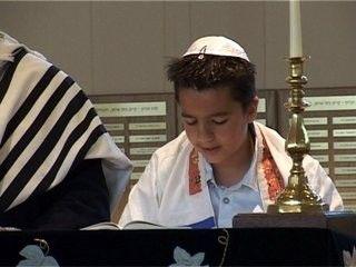 Het Jodendom, Christendom en Islam zijn drie belangrijke wereldgodsdiensten. Ze verschillen in veel opzichten, maar eigenlijk vereren ze alle drie dezelfde God
