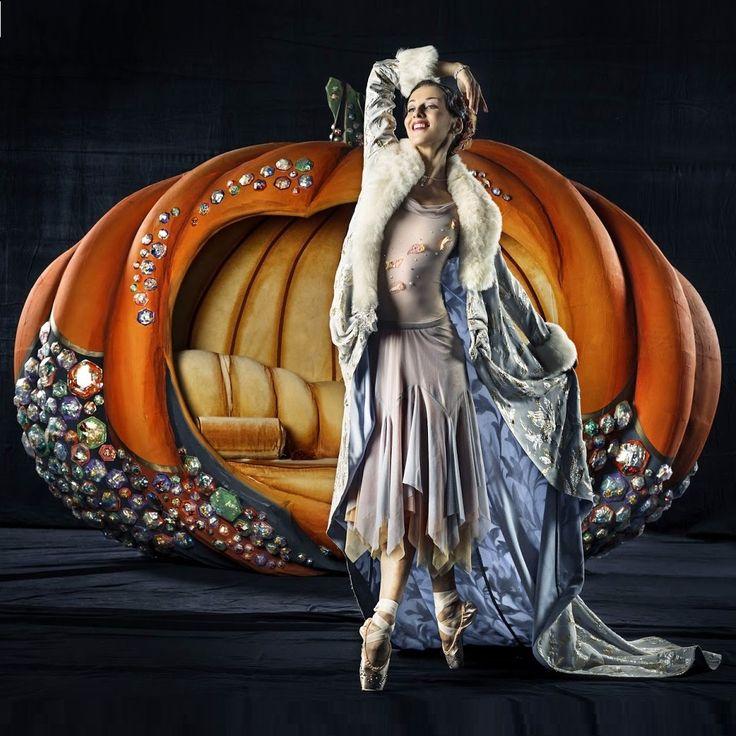 """Sonia Rodríguez nació en Toronto en 1972 y es la primera bailarina del Ballet Nacional de Canadá. De padres españoles, vivió en Madrid desde los 5 a los 17 años. """"Me identifico con la cultura española"""", dice. http://www.laopinion.com/ballet-Alicia-en-el-pais-de-las-maravillas-Sonia-Rodriguez-Los-Angeles"""