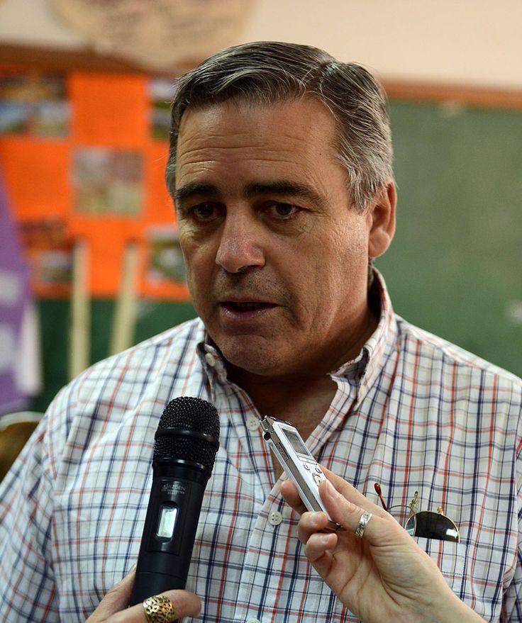 Se extendió el plazo para la renovación del DNI hasta junio de 2015 http://www.ambitosur.com.ar/se-extendio-el-plazo-para-la-renovacion-del-dni-hasta-junio-de-2015/ Lo informó el ministro de Gobierno, Javier Touriñán, durante la edición de Casa Abierta en Rada Tilly, donde se efectuaron trámites de actualización de documentación.     En la edición N° 26 de Casa Abierta, que se desarrolló este sábado en la Escuela 718 de Rada Tilly, el ministro de Gobierno de Chub