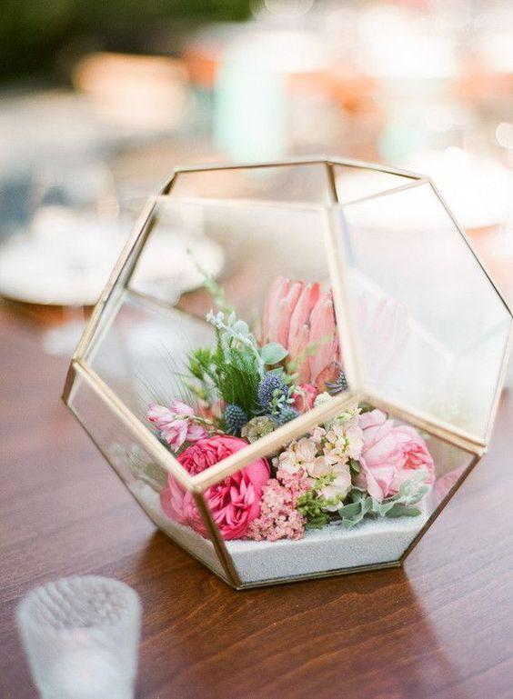 Para una recepción moderna inspirate en estos centros de mesa florales y geométricos por Lavender Grey Events y Chloe Moore Photography. Creative Fig House LA wedding.