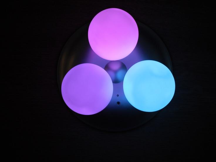 Deze drie oplaadbare, licht kneedbare en voortdurend van kleur veranderende LED eieren geven een mooie zachte kleur af. Ze veranderen langzaam van rood naar roze, paars, blauw en groen en trekken bijna hypnotiserend je aandacht, waardoor je rustig wordt en een goed gevoel krijgt. Ze zijn niet alleen bijzonder geschikt om er uw feesten, partijen, etentjes of je huiskamer mee op te kleuren, maar zijn ook heel geschikt als nachtlampje voor jong en oud.
