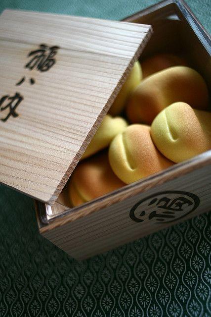 Japanese manju box from Kyoto, Japan 京都 鶴屋吉信 福ハ内