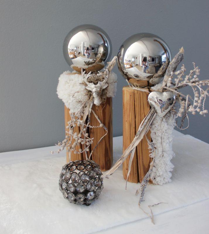 HE108 – Säulen aus altem Holz, dekoriert mit künstlichen Fell, kleinem Hirschk… – Monika