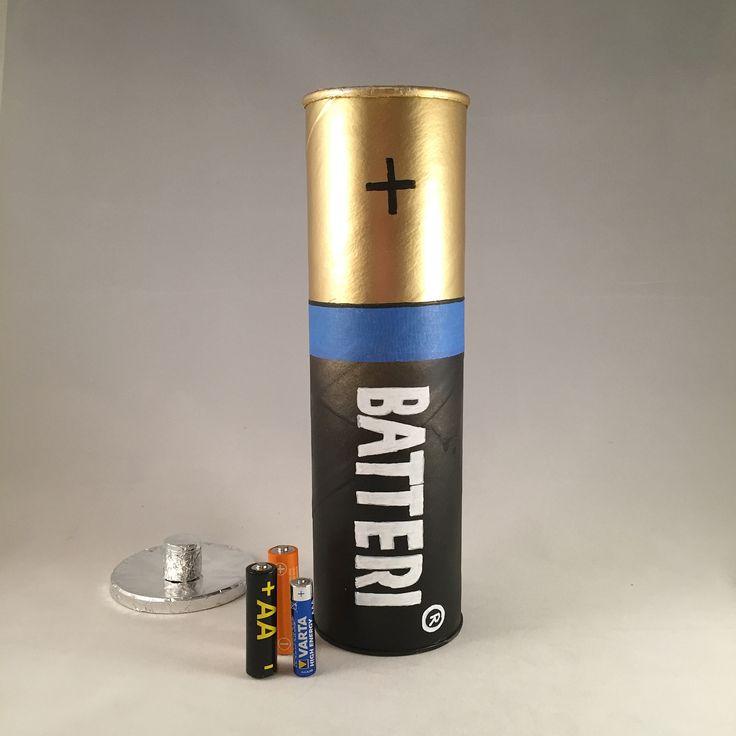 Recycle for recycling. A pringles tin turned into a container for old batteries. Idea from @kuckilura_creative_design Återbruka för återbruk. Pringlesburk förvandlad till förvaring av gamla batterier.