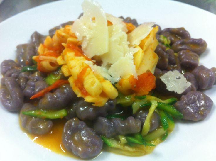 Gnocchi patate viola, calamari, zucchine, pomodorini, pecorino romano rinascente