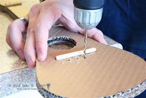 Para los pequeños que disfrutan de la guitarra y también de las manualidades, os traemos una divertida propuesta de cómo hacer guitarras de cartón. La mejor manera de disfrutar de una tarde entre padres e hijos. Te dejamos a continuación todos los pasos para construir una bonita guitarra, de forma …