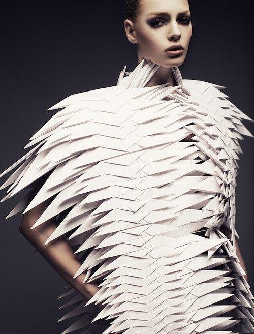 """Reprodução / Minkmgmt.com/joel-rhodin  A estilista polonesa Bea Szenfeld se uniu ao fotógrafo Joel Rhodin para produzir este ensaio com sua coleção """"Haute Papier"""""""