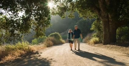 Couple walking on a dirt road © Siri Stafford/Lifesize/Getty Images