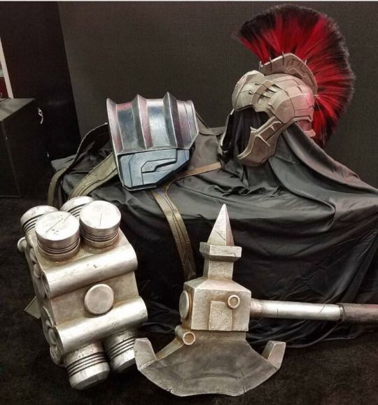 PLANET HULK ARMOR REVEALED AT THE MARVEL BOOTH AT SDCC! - The armor is said to be part of 'Thor: Ragnarok' meaning that the Planet Hulk storyline will be at least partially implemented into the MCU