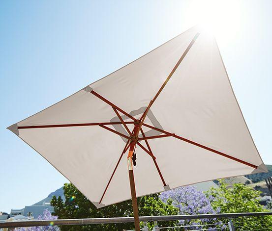 39,95 € Der kleine Marktschirm mit 3fach verstellbarem Schirmdach ist der ideale Schattenspender für Balkon und Garten. Mit dem Doppel-Seilzugmechanismus kann er bequem aufgespannt werden. Für optimale Stabilität sorgt der Hartholz-Mast mit sechs Streben.