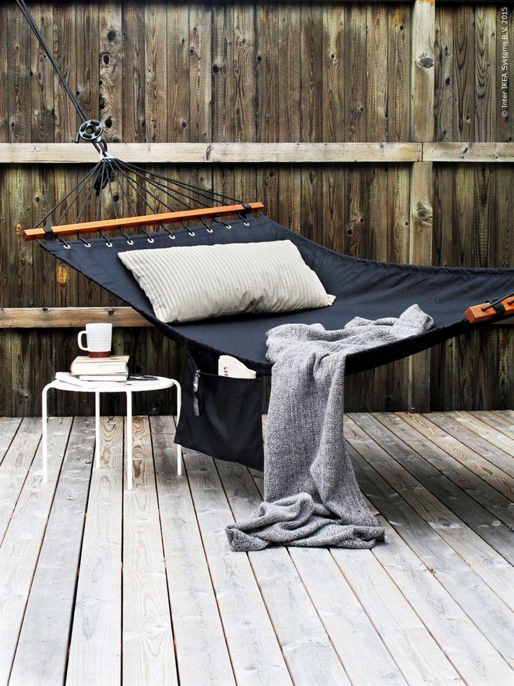 En hängmatta i skuggan, helst lite avsides, är själva sinnebilden för sommar, avkoppling och semester. Bejaka latmasken i dig och låt dig vaggas till ro i nya FREDÖN hängmatta!
