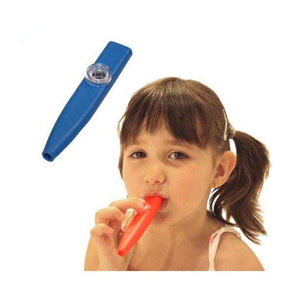 Kazoo  Questo strumento divertente non emette suoni col semplice fiato, ma necessita della vibrazione delle corde vocali, quindi si può dire che il kazoo non è uno strumento per soffiare ma per parlare.
