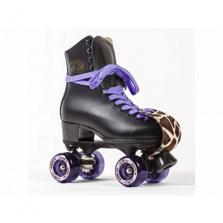 Om heerlijke stukken mee te skaten of om lekker swingend op een rollerdisco te dansen. Je kan de RSI Rollerskates zelf naar wens opbouwen. De Rollerskates wordt geleverd met: Paarse Quad XF wielen, Paarse veters, Zwarte stoppers en giraffe Neusbeschermers.De verschillende kleuren veters, stoppers en neusbeschermers zijn ook altijd los bij te bestellen. De Rollerskates worden volledig gemonteerd opgestuurd.Technische specificaties:• Schoenen: Leer• Onderstel: Variflex• Wielen: 62mm 78A…