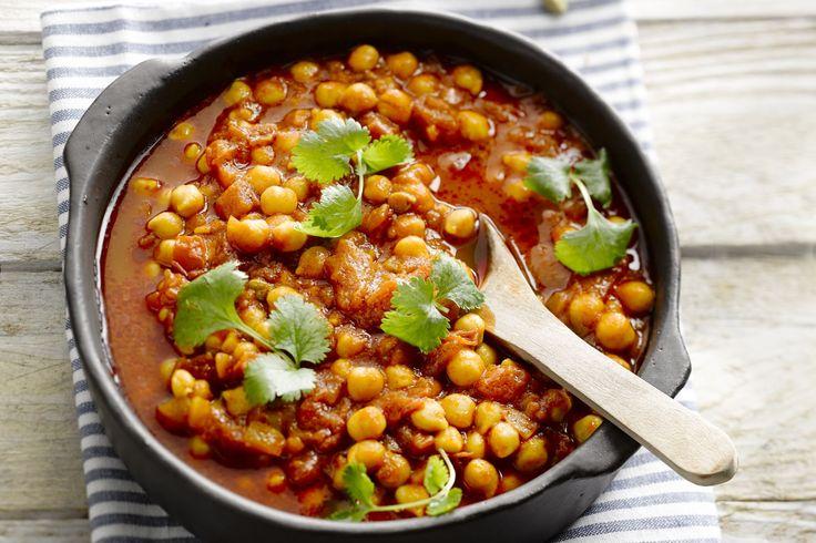 Dit Indische vegetarisch stoofpotje met kikkererwten is lekker pittig en gezond. De vele kruiden geven deze chana masala zijn authentieke smaak.