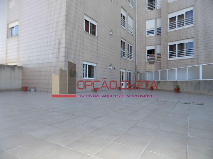 Temos o prazer de apresentar um T2 com um magnifico terraço numa zona central. O prédio encontra-se próximo do centro da Vila de Canelas, junto ao Centro de Saúde. Perto da via rápida da A29. O apartamento possui uma sala com acesso a terraço, uma cozinha com lavandaria também ela com acesso ao terraço, enorme terraço com churrasqueira, dois quartos e uma casa-de-banho. Possui um lugar de garagem na cave e arrecadação.OPORTUNIDADE - ÓTIMA LOCALIZAÇÃO – BOAS ACESSIBILIDADES TRATAMOS DA…