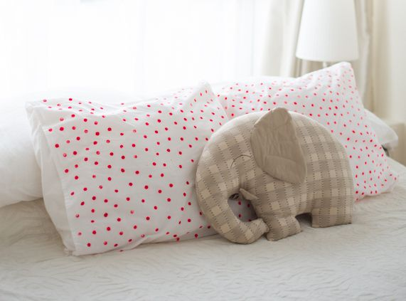 DIY Polka Dot Pillow Cases...Cute idea for a gift or for a project with the kidlings.