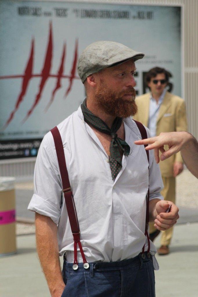 バンドカラーシャツにスカーフを巻いてモテるメンズファッション