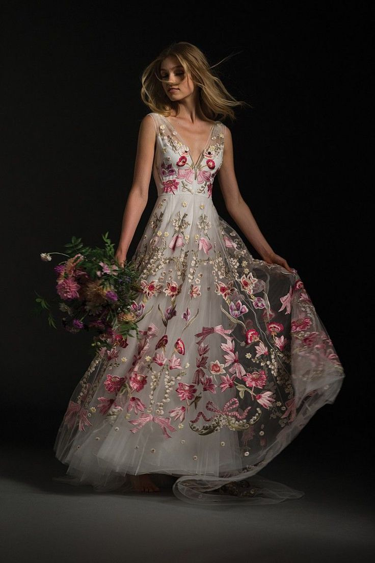 This new collection blends elegance, femininity and modernity to create a look that's entirely unique.