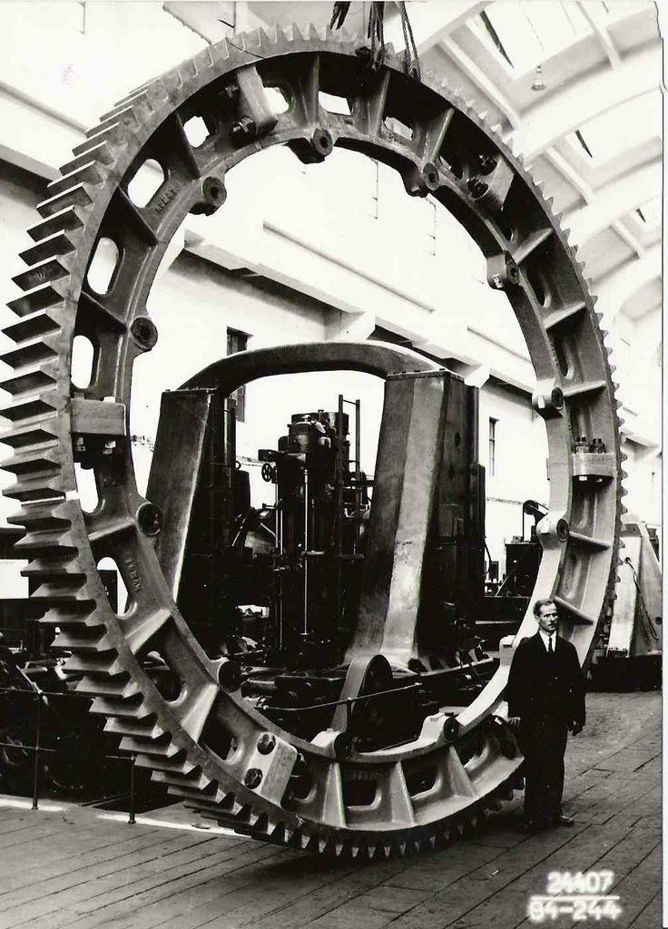 1934 Škoda Plzeň. Šestidílný ozubený věnec o průměru 5472 mm, šířce 912mm hmotnosti 14 630kg.