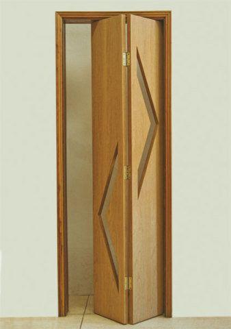De madeira maciça, a porta- camarão (interna), da Cartescos, mede 0,72 x 2,10 m. Preço sugerido: R$ 410.