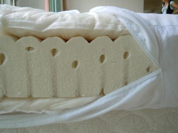 Como fazer um colchão futon. O futon é o nome dado a um tipo de colchão, consiste em um colchão simples com uma armação também ela muito simples e costumam ser baratos, sendo ideais para situações provisórias e a solução ideal pa...