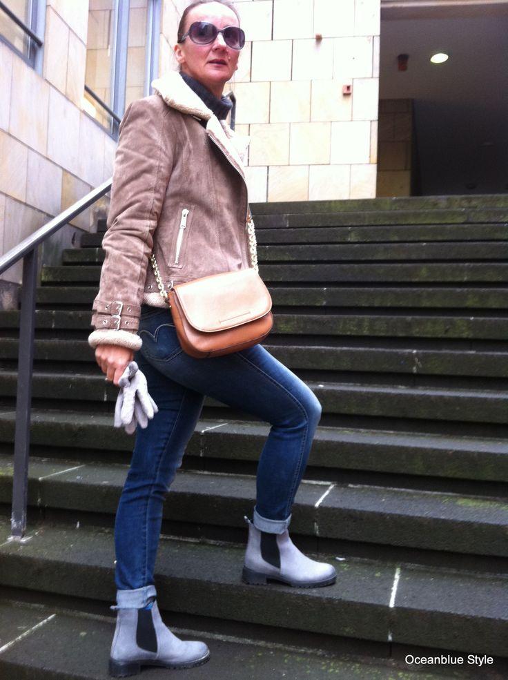Styling für Lammfelljacke: Lieblingsjeans mit Basicfarben -grauer Wollrolli und Chelsea Boots. Umhängetasche nicht vergessen! #fashionblogger #styleover40