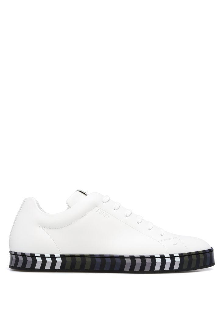 Yuvarlak burun, bağcıklı, logolu sneakers. Çok renkli, çizgi desenli tabanlı. Erkek ayakkabı. Topuk: 2 cm