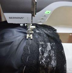 Deze keer wil ik jullie laten zien hoe je een kanten rand aan een onderrok aanzet Ik draag graag tricot jurken maar het nadeel daarvan is wel dat het gauw aftekent. Nu kun je wel naar de winkel om dan zo'n eng strak correctie-geval te kopen maar dat vind ik toch niet zo prettig zitten. En dan is het fijn als je een BERNINA hebt want dan kun je zelf er een maken. De onderrok die ik nu g ...