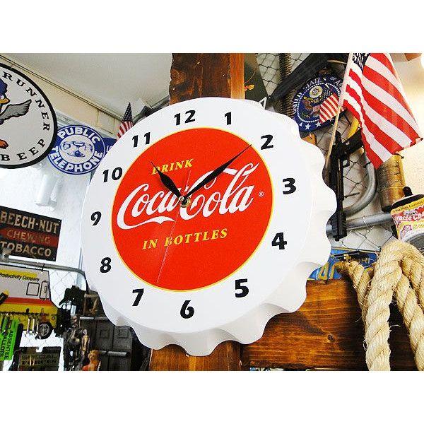 1950年代にアメリカのソーダショップを飾っていたコカ・コーラのボトルキャップ型クロックです。このデザインは、アンティークでは有名なヤツのひとつ!それだけに、こうして復刻されて登場するのは、アメ雑貨好きのボクらには嬉しいことだよね!本体はウッド製なので、独特の味わいがあって、見た目にもイイ感じ!壁からボコッと飛び出した立体感が、アメリカらしい世界を再現してくれます。向こうのソーダファウンテンをイメージして、憧れの世界を演出しちゃお!(o^∇^)oサイズ:直径30cm×奥行き3cm(約)