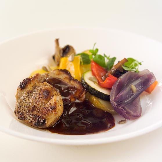 Fläskfilé med madeirasås och ugnsbakade grönsaker - Recept