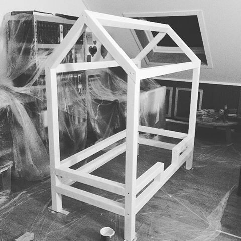 J U N I O R B E D || in the making #almostfinished #littlegirl #inabiggirlbed #soon #loveher #mygirl #nora #bedhouse #bedhuisje #DIY #housebed #peuterbed #bed