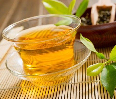 """6. Alimentos para perder barriga. Chá de hibisco. Beber muita água e ficar atenta ao funcionamento do intestino são importantes. """"A ingestão de água é extremamente importante e deve ser feita de acordo com o peso da pessoa (de 30 a 40 ml por quilo de massa corporal). O intestino regulado aponta o equilíbrio do organismo."""