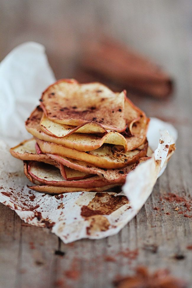 HEALTHY SNACK: Cinnamon Ginger Baked Apple Chips | http://helloglow.co/baked-apple-chips/