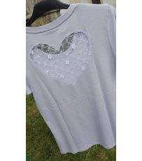 Dámské tričko s krátkým rukávem. Vysoce kvalitní lehká bavlna. Aplikace strojové krajky je umístěna na zadní straně trička. Vyber si tričko dle barvy a velikosti.