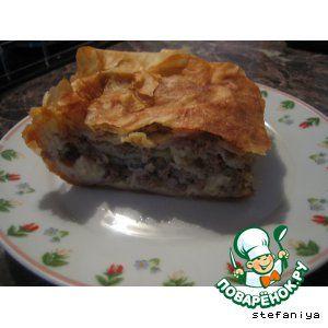 Бурек сербский:       Яйцо— 4 шт     Кефир— 1 стак.     Масло растительное— 1 стак.     Крупа манная— 4 ст. л.     Разрыхлитель теста— 1 пач.     Тесто фило(тесто 0.5 кг) — 1 пакет.     Фарш мясной(готовый; с луком, солью, перцем ) — 300 г