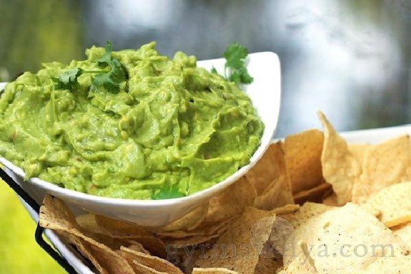 Гуакамоле– это мексиканский соус, который подается к свежим овощам или как паштет для бутербродов или, как начинку ккукурузным чипсам...Ингредиенты:.- 2 шт авокадо.- 5 столовых ложек сухих водорослей ламинарии.- 1 стручок перца чили.- 1 лайм...