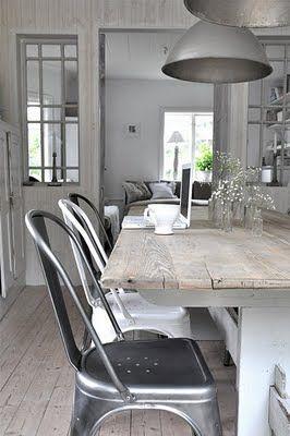 Wood - table - dining room - natural colors - silver - natuurlijke tinten - zilverkleurige stoelen - metaal - chroom