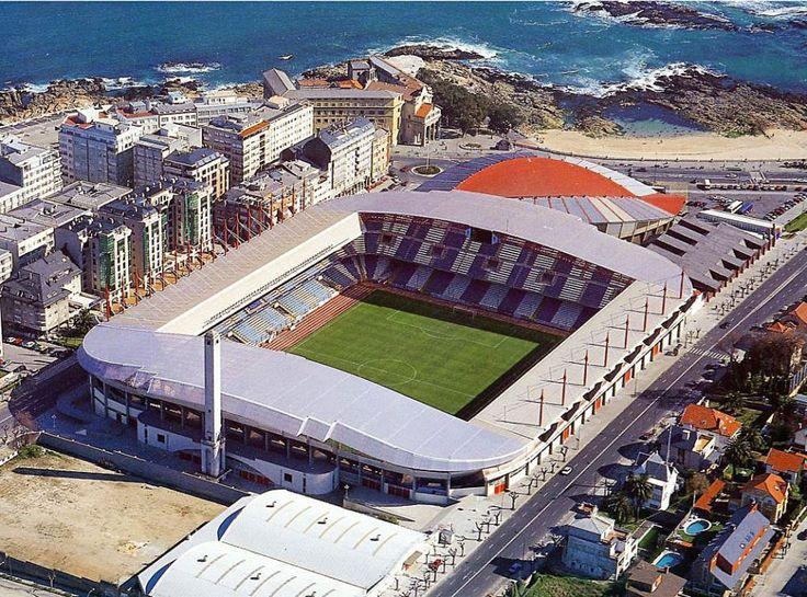 En la temporada 95-96, Riazor vivió su último gran cambio, cerrando completamente el recinto con la construcción del fondo de Pabellón. Tras esta obra, el estadio pasó a tener un total de 34.000 localidades que se mantienen hasta el día de hoy.