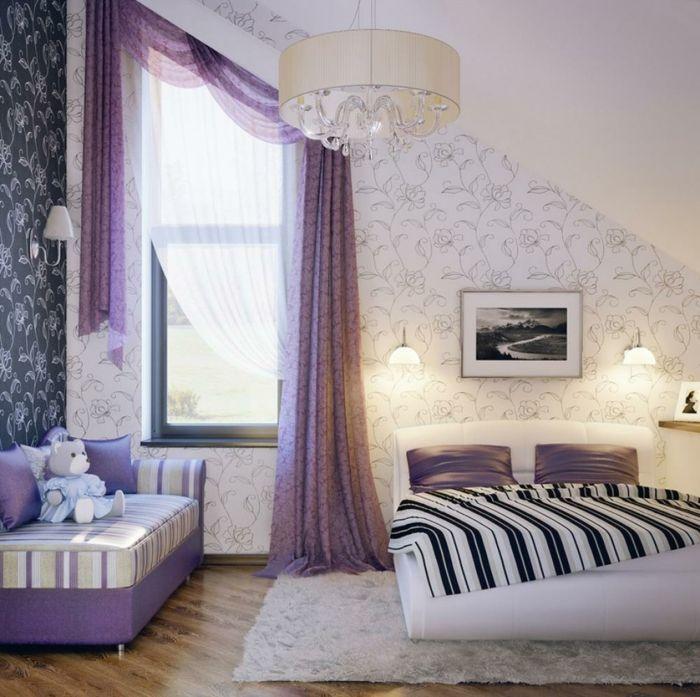 Intérieur élégant avec rideaux occultants de couleur violet chambre à coucher