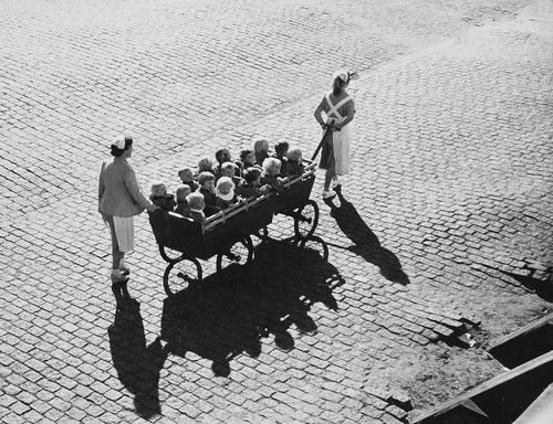 Toni Schneiders: Kindergartenfuhre, 1956