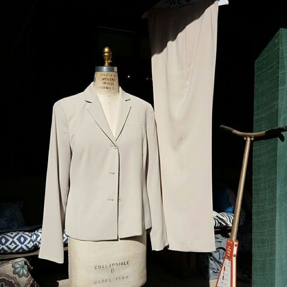 Jones wear beige suit This pant suit is a great weekly suit for the office can be dressed up with any kind of blouse underneath. New without tags, never worn. Jones Wear Pants Trousers