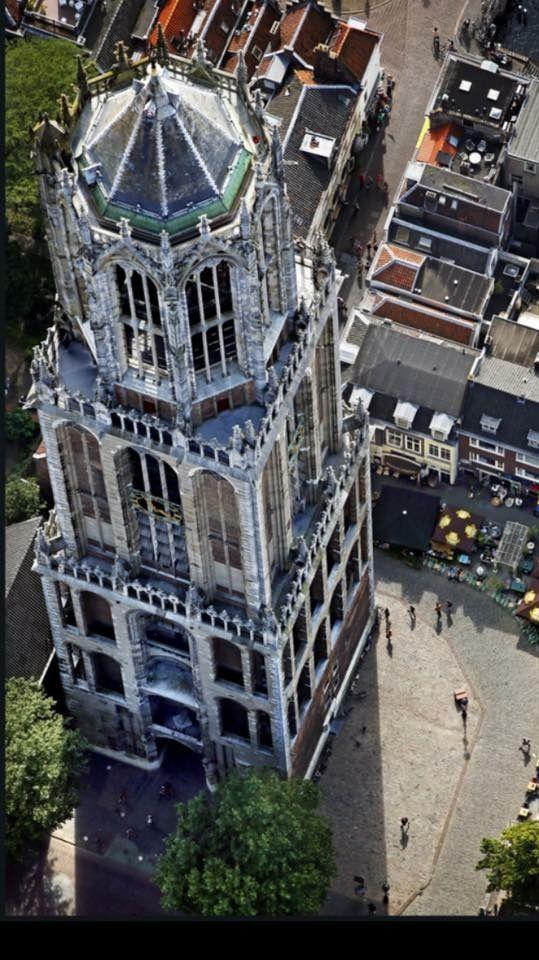 Een heel ander perspectief! Fotograaf onbekend. Geplaatst op 5/3/2017 door Walter Koning in FB-groep 'Je bent Utrechter (geweest) als...'