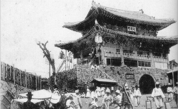 평양의 대동문 사진으로 취두의 모습은 보이는데 용두의 모습은 보이지 않으며 잡상의 모습도 보이지 않습니다.
