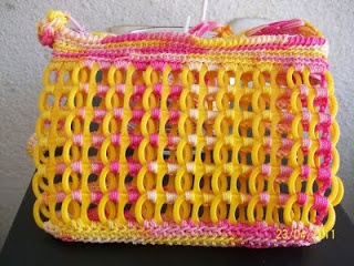 Cute little bag made with plastic soda pop tabs.     note: it is in spanish, there is not tutorial. But it sure is cute.