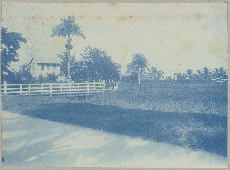anoniem   Waterstraat, Paramaribo, attributed to Hendrik Dooyer, 1906 - 1913   Gezicht op de huizen aan de Waterstraat te Paramaribo, op de voorgrond een witte houten brug. Onderdeel van het fotoalbum Souvenir de Voyage (deel 2), over het leven van de familie Dooyer in en rond de plantage Ma Retraite in Suriname in de jaren 1906-1913.