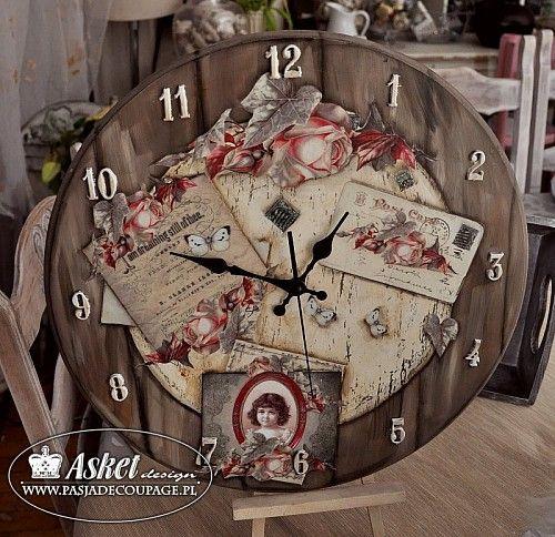Okrągły zegar w starym stylu z efektem drewnianych desek