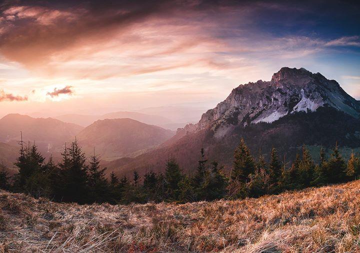 #praveslovenske #slovensko #slovakia #mountains #velkyrozsutec (1 6097 m n. m.) je vrch v Krivánskej Malej Fatre. Je považovaný za jeden z najkrajších vrchov na Slovensku. Veľký Rozsutec sa stal symbolom pohoria a nachádza sa aj v logu národného parku Malá Fatra. V minulosti sa tradovalo že v okolí vrcholu sa nachádza zlato a legenda o ukrytom Jánošíkovom poklade...  velky rozsutec zo stohu ( velky rozsutec from stoh mountain ) od Tomáš Haluška photography fotene na workshope s ( shoot on…