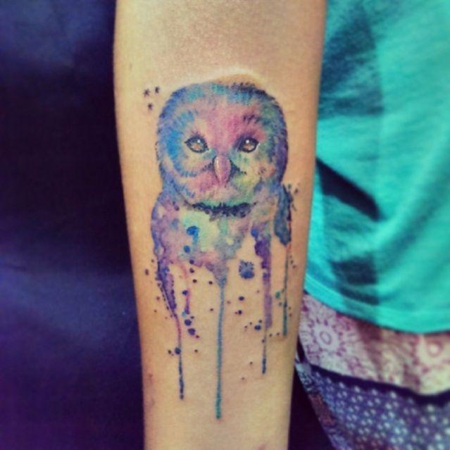 Tatouage aquarelle chouette sur bras