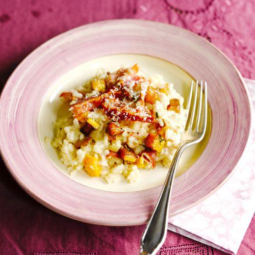 De combinatie van knapperige pancetta en romige pompoen is geweldig in deze risotto. De kaas maakt het gerecht helemaal af.    1. Verhit de olie in een koekenpan en bak depancetta op hoog vuur knapperig. Breek instukken.    2.Bak...