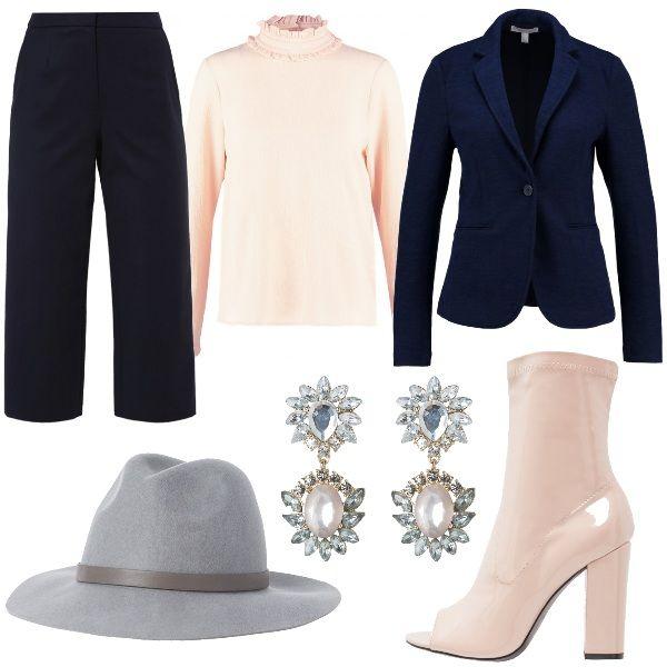 Pantaloni culotte blu abbinati a camicetta con collo coreana e blazer navy. Per gli accessori ho scelto uno stivaletto spuntato in vernice color nude, cappello fedora grigio e per dare un tocco di luce orecchini con pietre grigie.